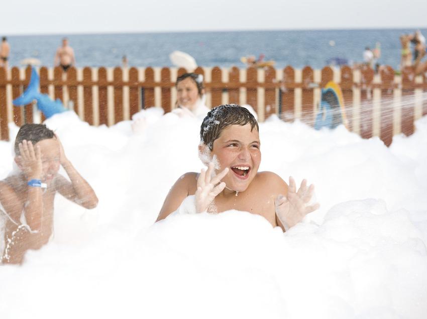 Праздник пены в детском клубе на пляже в Пинеда-де-Мар