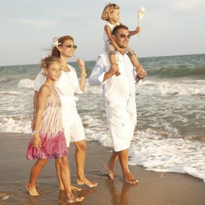 Familia paseando por la playa de Calafell