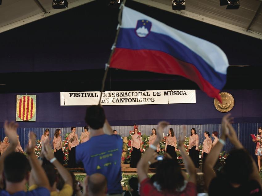 Festival Internacional de Música de Cantonigrós. Público, escenario, coral, logo festival, bandera internacional (Marc Castellet Puig)