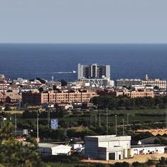 El Vendrell. Vista general del pueblo con el mar al fondo