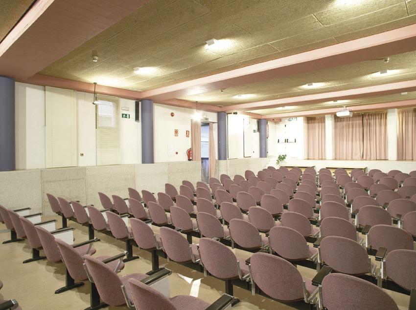 Barcelona. Sala de conferencias del Alberg de la Mare de Déu de Montserrat   (Xanascat)