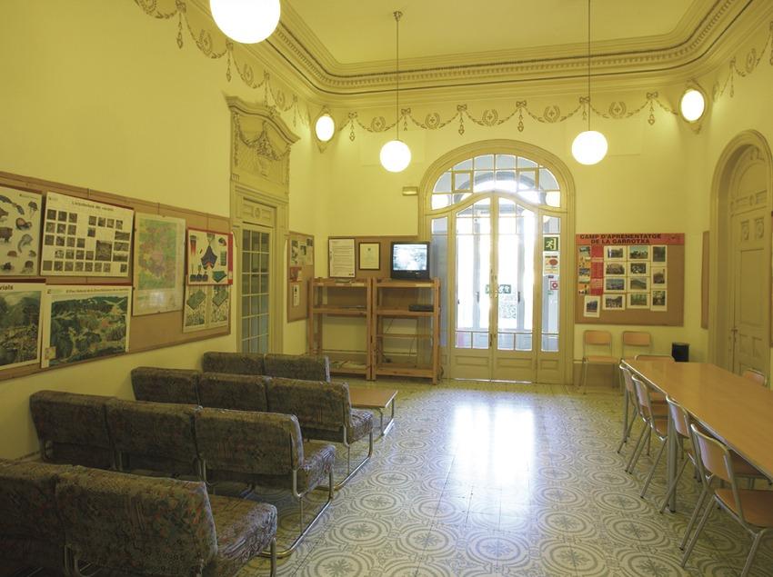 Olot. Sala de televisió de l'Alberg Torre Malagrida   (Xanascat)