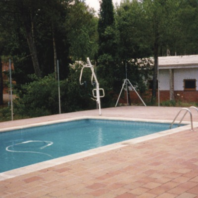Catalunya Central. Piscina de l'Alberg Viladoms de Baix, a Castellbell i el Vilar   (Xanascat)