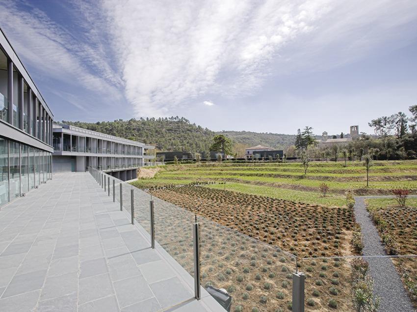 Barcelona. Exterior i jardins del Món Sant Benet, a Sant Fruitós de Bages   (Món Sant Benet)