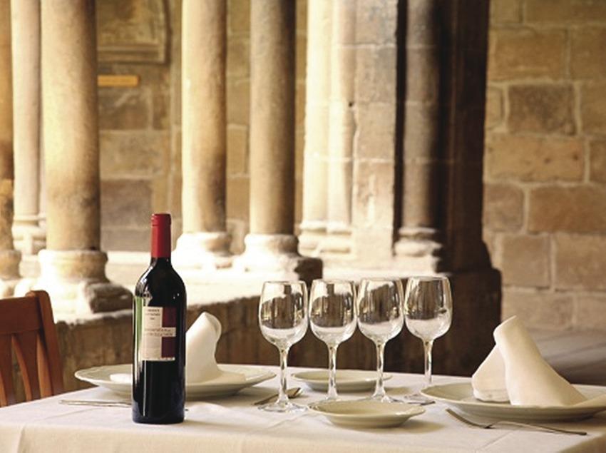 Terres de Lleida. Mesa del Restaurant El Claustre del Monestir de les Avellanes, en Os de Balaguer   (Monestir de les Avellanes)