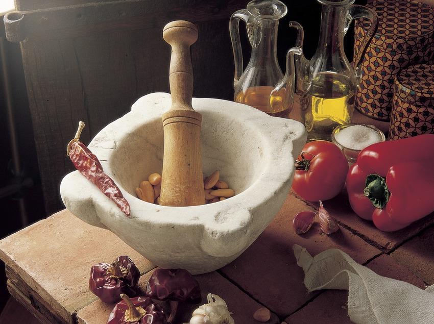Preparación de la salsa romesco con mortero.  (Pere Pons)