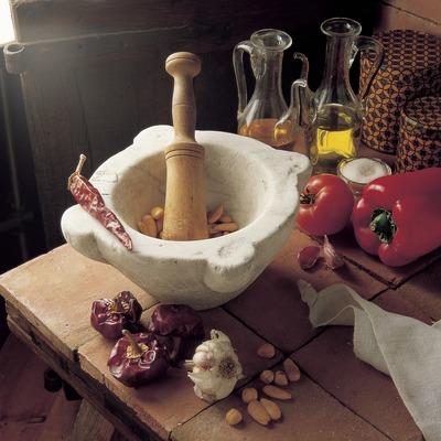 Preparació de salsa romesco amb morter.