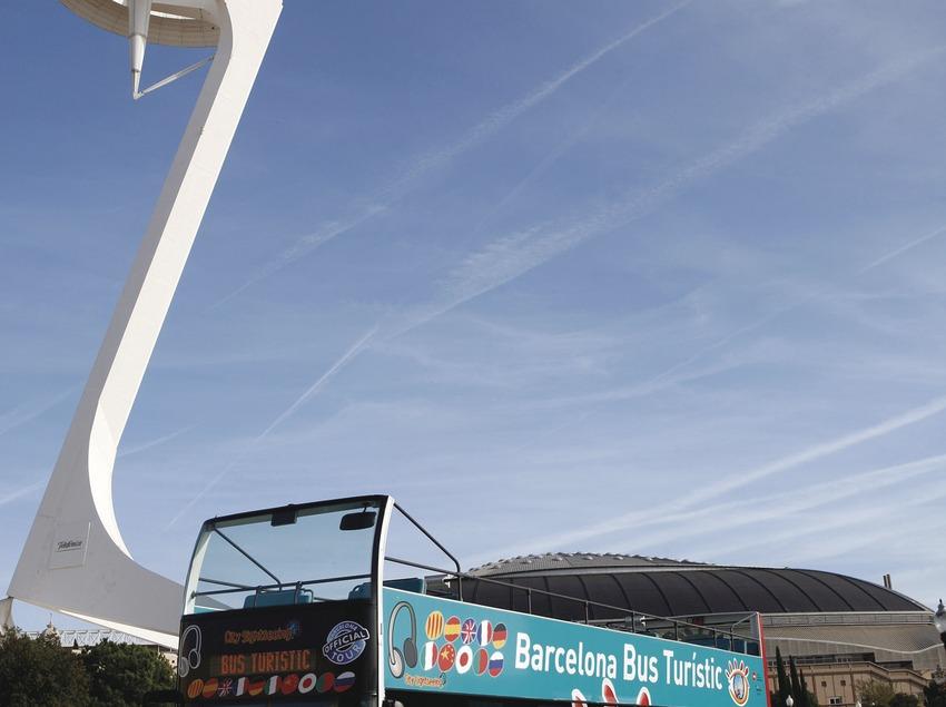 Barcelona. El Bus Turístic davant l'Anella Olímpica   (TMB)