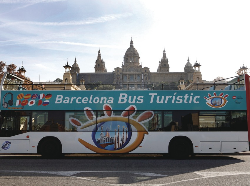 Barcelona. El Bus Turístic davant del MNAC   (TMB)
