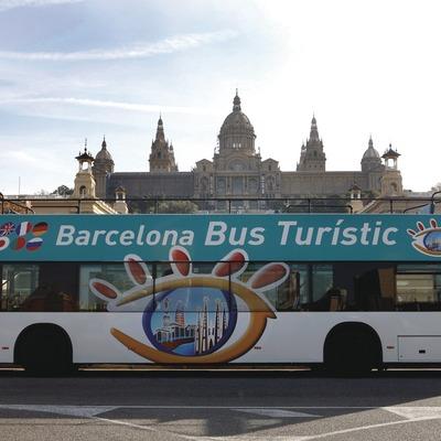Barcelona. El Bus Turístic delante del MNAC   (TMB)