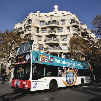Barcelona. El Bus Turístic delante de La Pedrera   (TMB)
