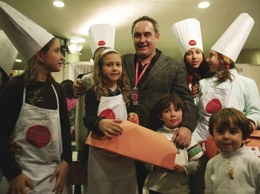 Pep Palau, von Arend & Associats. Fòrum Girona 2009. Ferran Adrià amb nens   (Pep Palau, von Arend & Associats)