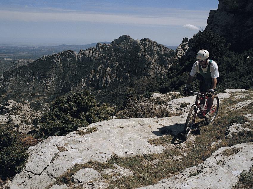 Ciclista recorriendo el sendero GR7 de Casetes Velles a Montcaro, en el Parc Natural dels Ports. BTT.