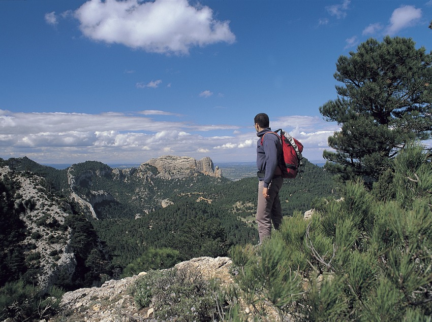 Excursionista a les Roques d'en Benet, des del Coll del Camp, Parc Natural dels Ports.
