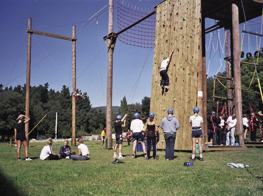 Joves practicant esports d'aventura en un rocòdrom.   (Turisme Costa del Maresme)