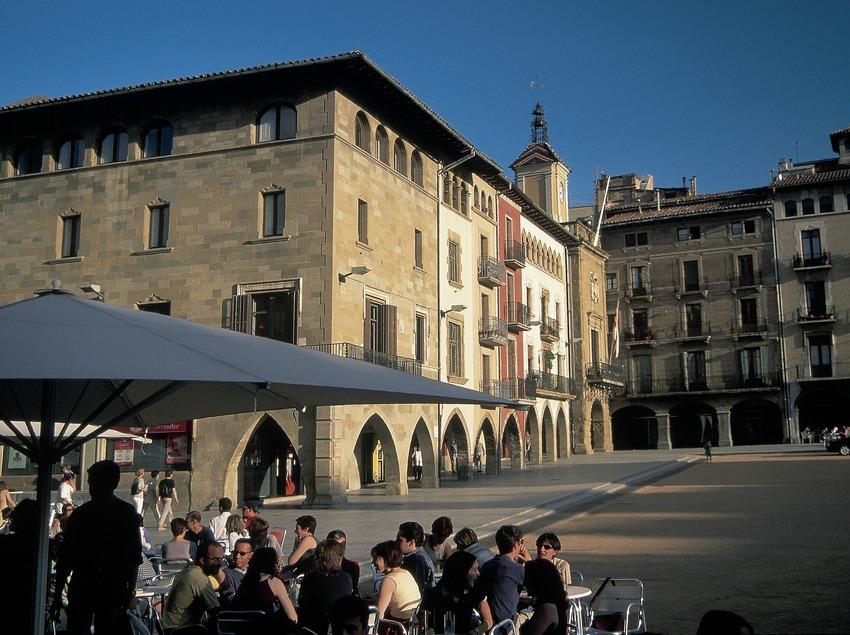 Place principale de Vic et mairie.