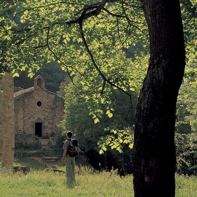 Excursionista a l'església de Sant Aniol d'Agulla, al Parc Natural de la Zona Volcànica de la Garrotxa