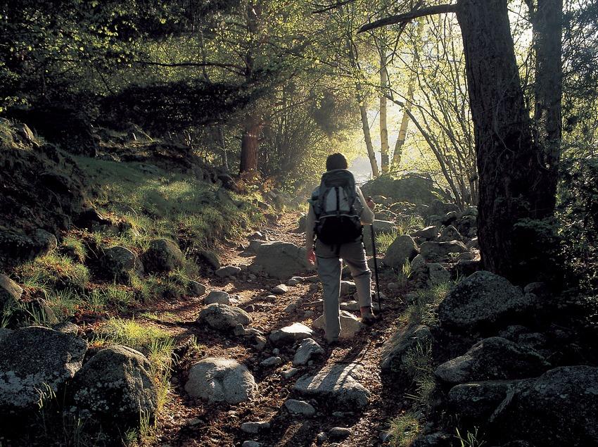 Excursionista en un sendero de gran recorrido, cerca de Andorra.