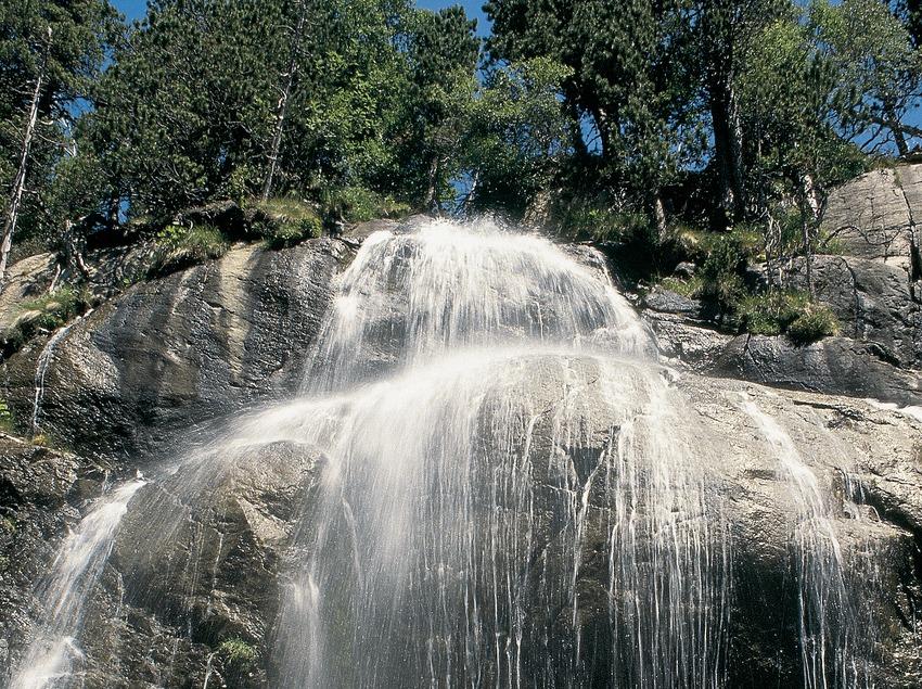 Salt d'aigua entre l'estany de la Ratera i el de Sant Maurici, Parc Nacional d'Aigüestortes i Estany de Sant Maurici  (Servicios Editorials Georama)