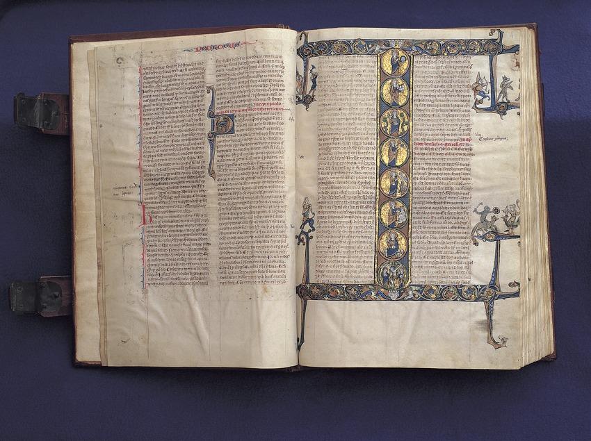 Pàgina inicial del llibre del Gènesi de la Bíblia Sacra d'Scala Dei. Museu Diocesà de Tarragona.  (Rafael López-Monné)