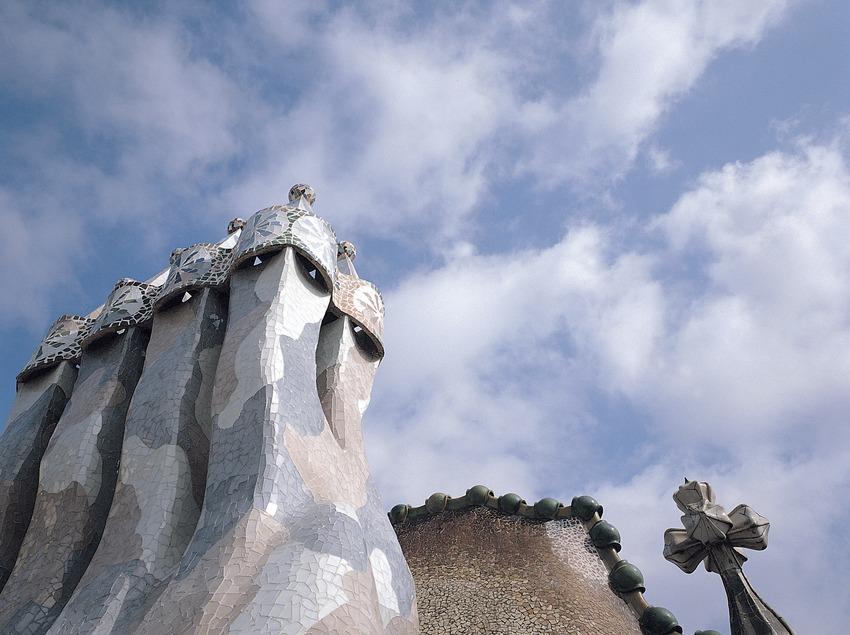 Xemeneies de la Casa Batlló i teulada de ceràmica (1904-1906). Antoni Gaudí. Barcelona.   (Toni Vidal)