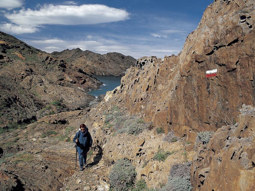 Excursionista en un sendero de gran recorrido, en el Parc Natural del Cap de Creus