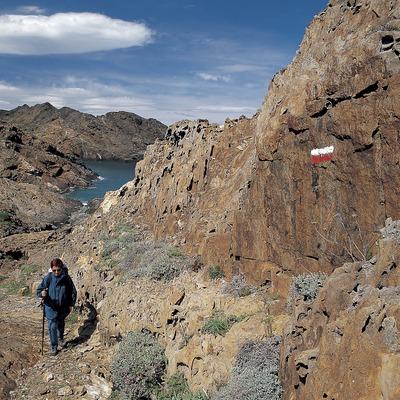 Excursionista en un sender de gran recorregut, al Parc Natural del Cap de Creus