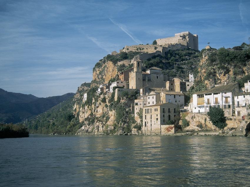 Castillo de Miravet sobre el río Ebro.