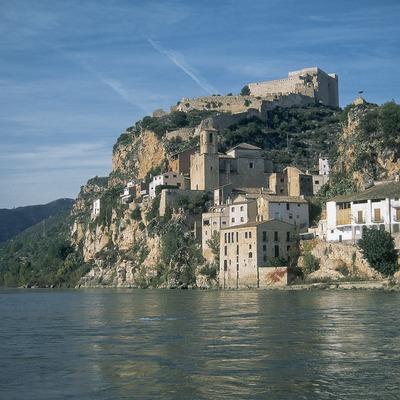 Castell de Miravet sobre el riu Ebre.