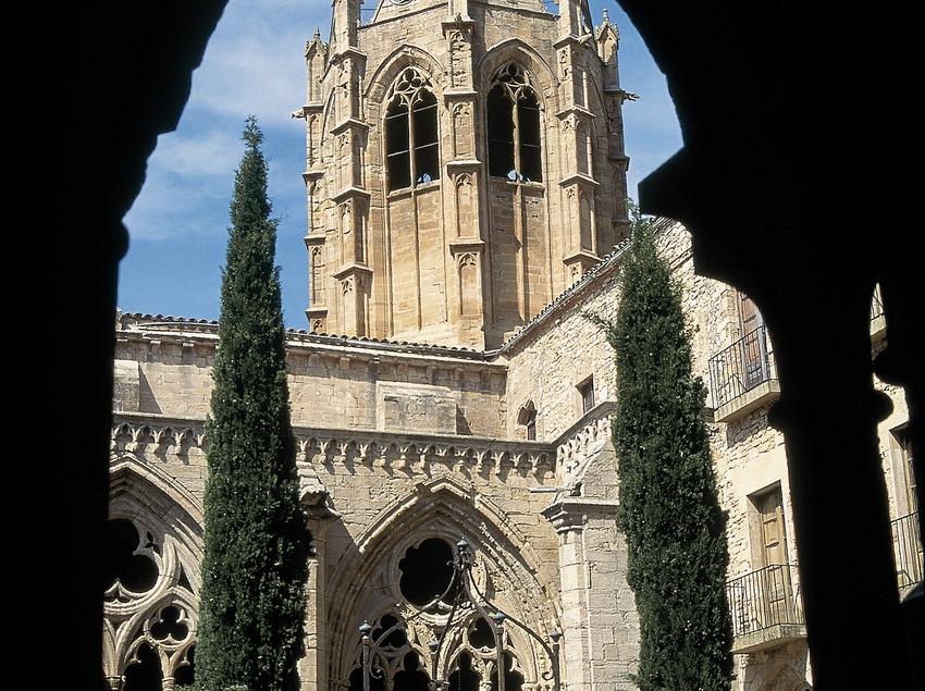 Claustre i campanar de Vallbona de les Monges.