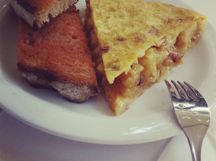Truita de patates i pernil amb pa amb tomàquet.