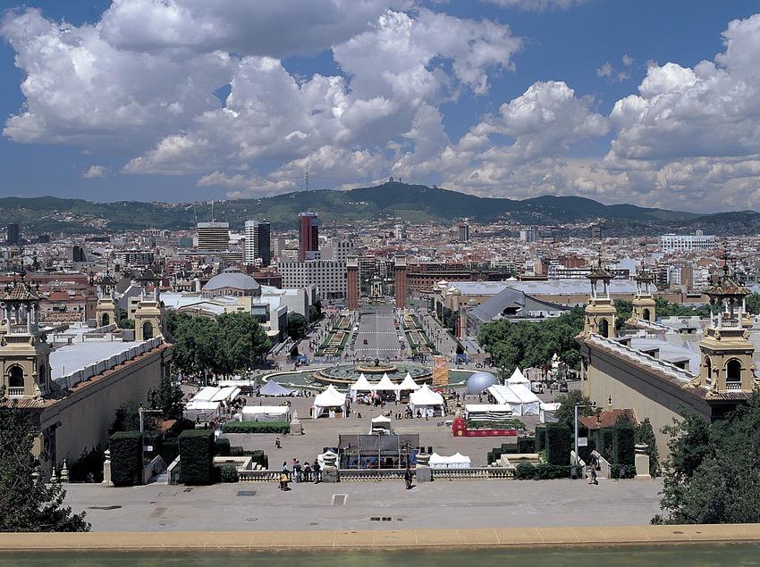 Panoràmica de l'avinguda Maria Cristina i la plaça d'Espanya des del Palau Nacional de Montjuïc.