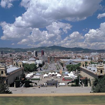 Panorámica de la avenida Maria Cristina y la plaza de Espanya desde el Palacio Nacional de Montjuïc.