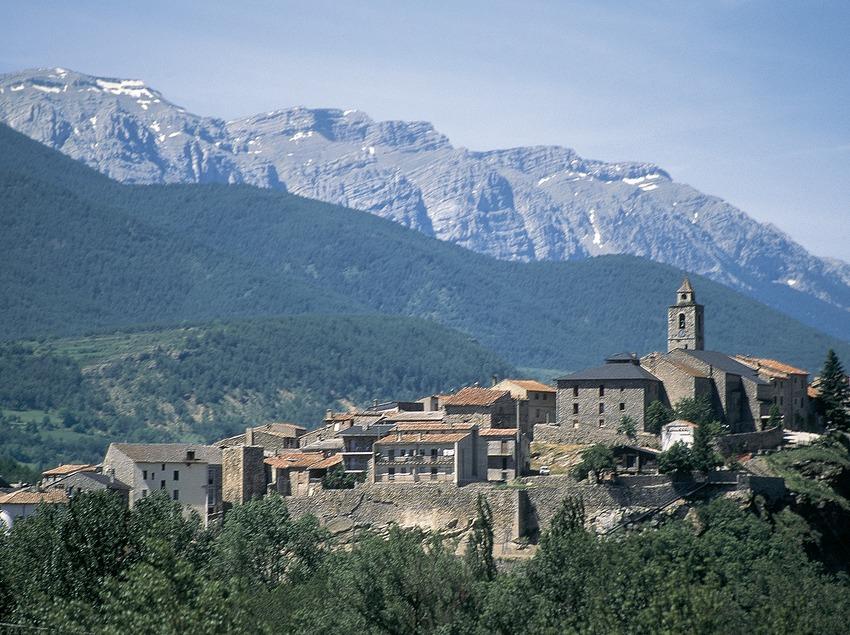 Teilansicht der Ortschaft und der Serra del Cadí.