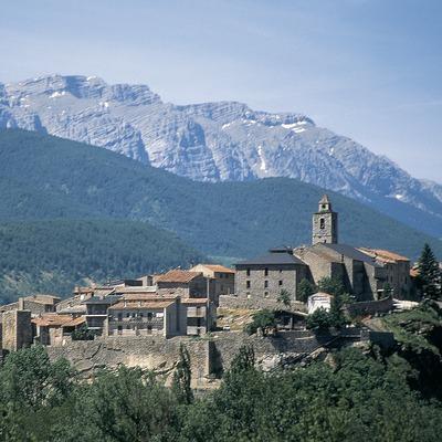 Vista parcial de la població i la Serra del Cadí.