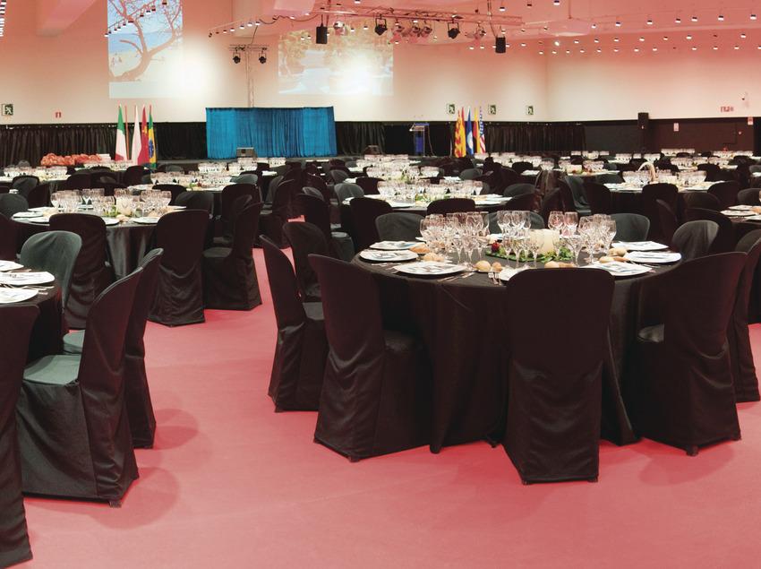 Vista general de las mesas y escenario con el salón completamenta acabado.