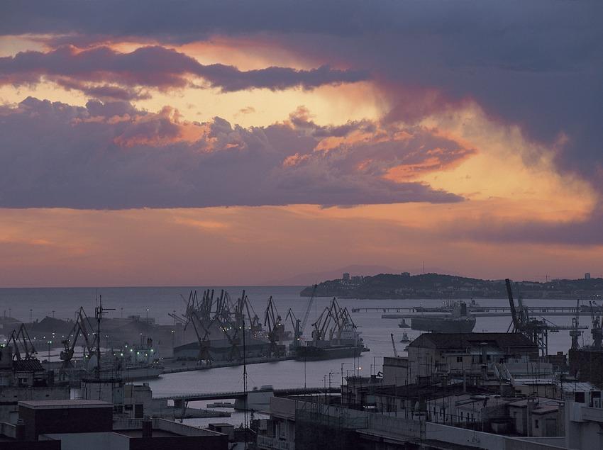 Puerto de Tarragona al anochecer.   (Toni Vidal)
