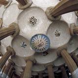 Columnes d'inspiració dòrica que sostenen les cúpules del casquet esfèric (1900-14). Antoni Gaudí. Parc Güell, Barcelona.