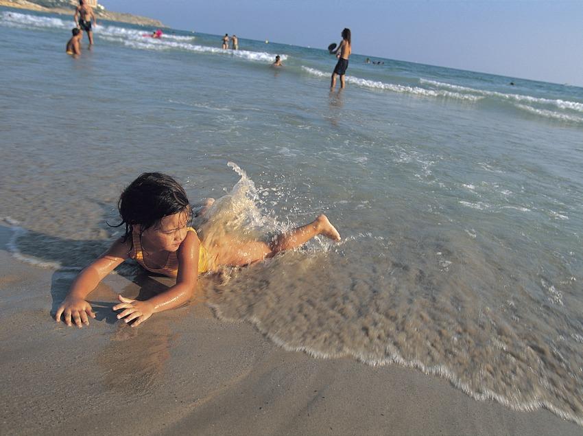 Niñas en la playa larga de Salou.  (Rafael López-Monné)