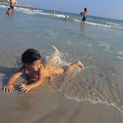 Nena a la platja llarga de Salou.