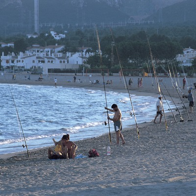 Pescadores en la playa de Hospitalet de l'Infant.  (Rafael López-Monné)