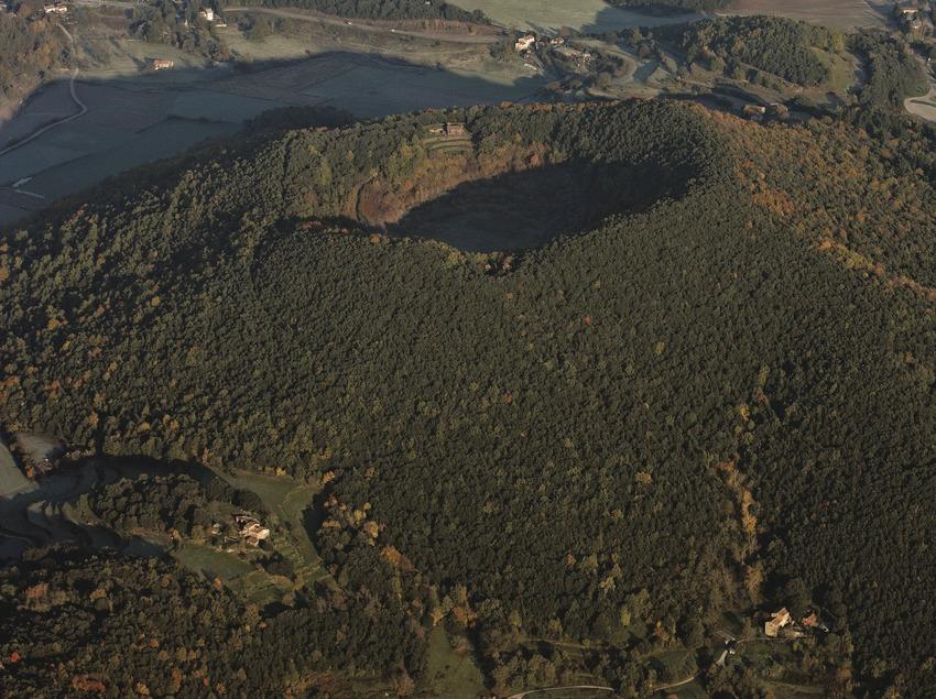 El volcà Croscat i el volcà de Santa Margarita al Parc Natural de la Zona Volcànica de la Garrotxa.