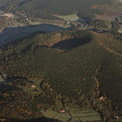 El volcán Croscat y el volcán de Santa Margarita en el Parque Natural de la Zona Volcánica de la Garrotxa.