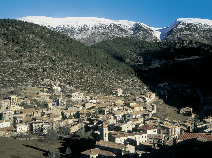 Vista de Gósol amb la serra del Cadí al fons.  (Servicios Editorials Georama)