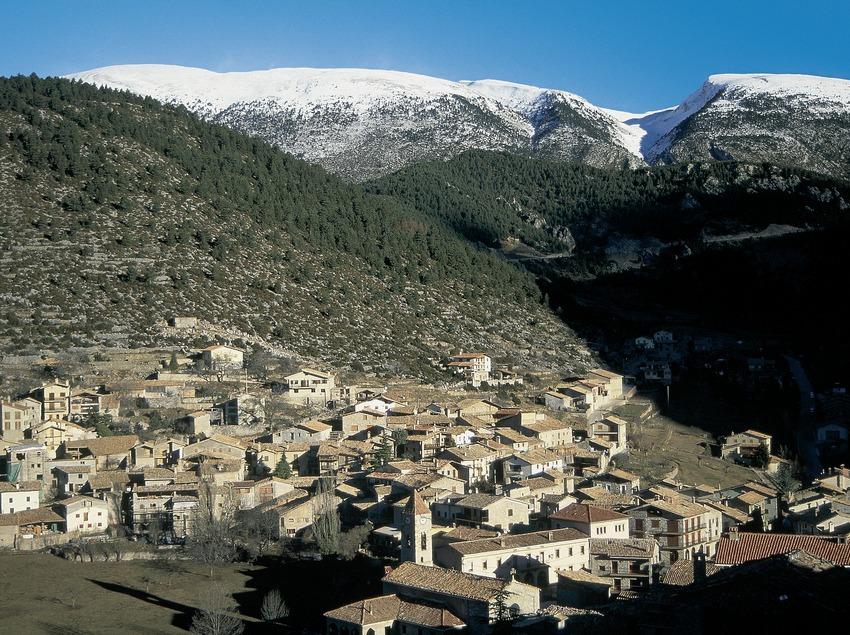 Vista de Gósol con la cordillera del Cadí al fondo.  (Servicios Editorials Georama)
