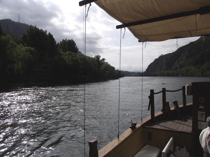 Naviguer dans une ancienne embarcation   (Ajuntament d'Ascó)