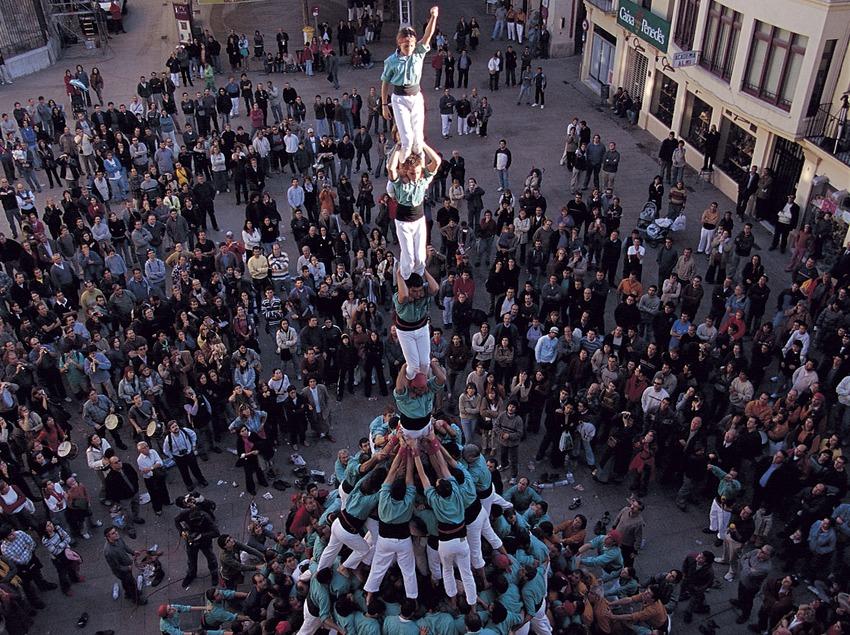 Castellers (personas que realizan castells o torres humanas) de Vilafranca