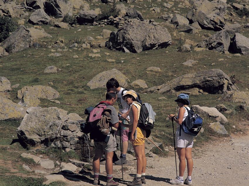 Excursionistas en la Font del Pas. Parc Natural d'Aigüestortes i Estany de Sant Maurici.
