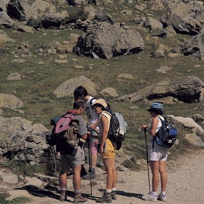 Excursionistes a la Font del Pas. Parc Natural d'Aigüestortes i Estany de Sant Maurici.
