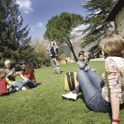 Niños jugando con sus padres en el césped.